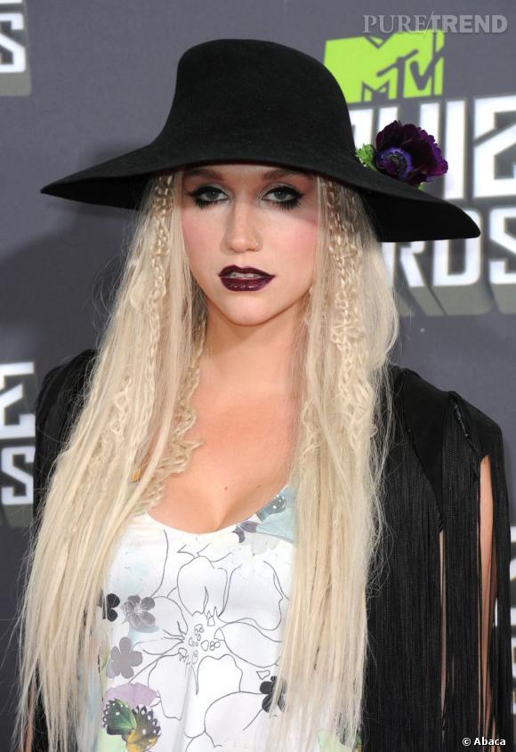Kesha n'est pas réputée pour ces maquillages élégants. Elle ne déroge pas à sa réputation avec ce make up gothique pas chic. Ses extensions et tissages ne font qu'accentuer son errance stylistique. Son chapeau, plutôt bien coupé, semble arriver comme un cheveu sur la soupe.