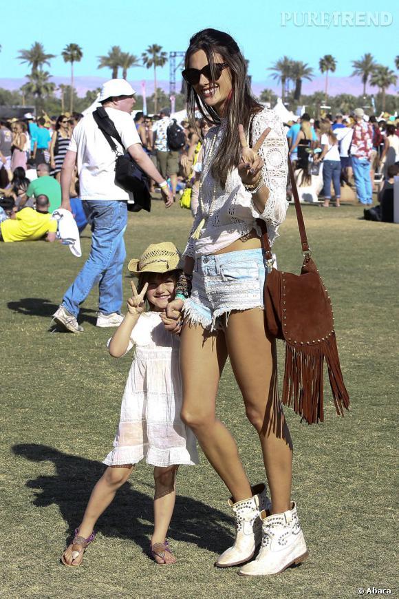 Alessandra Ambrosio et sa fille Anja à Coachella pour le second week-end du festival californien.