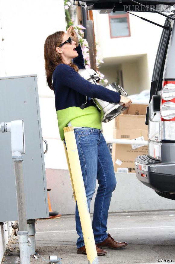 Jennifer Garner le pull bicolore associé à un jean délavé, ça ne rend pas bien du tout.
