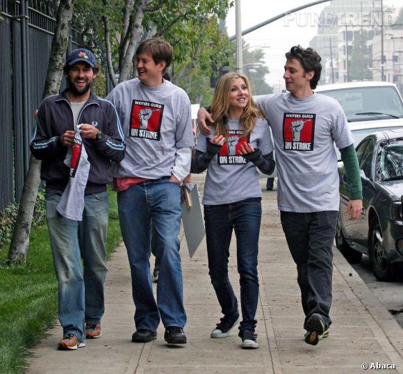 """Zach Braff au côté de Sarah Chalke, sa partenaire dans """"Scrubs"""", et du créateur de la série Bill Lawrence."""