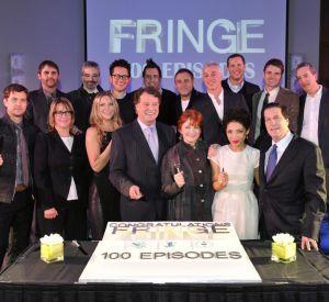 """Le réalisateur J.J Abrams et le casting de """"Fringe"""" fête le 100ème épisode de la série."""