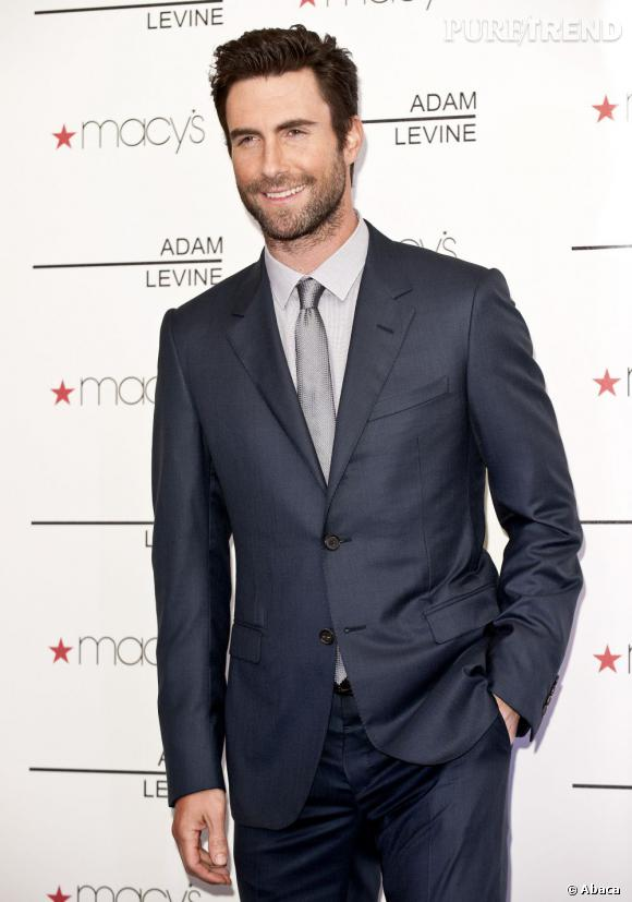 Adam Levine laisse pousser une barbe de quelques jours pour asseoir son côté bad boy.
