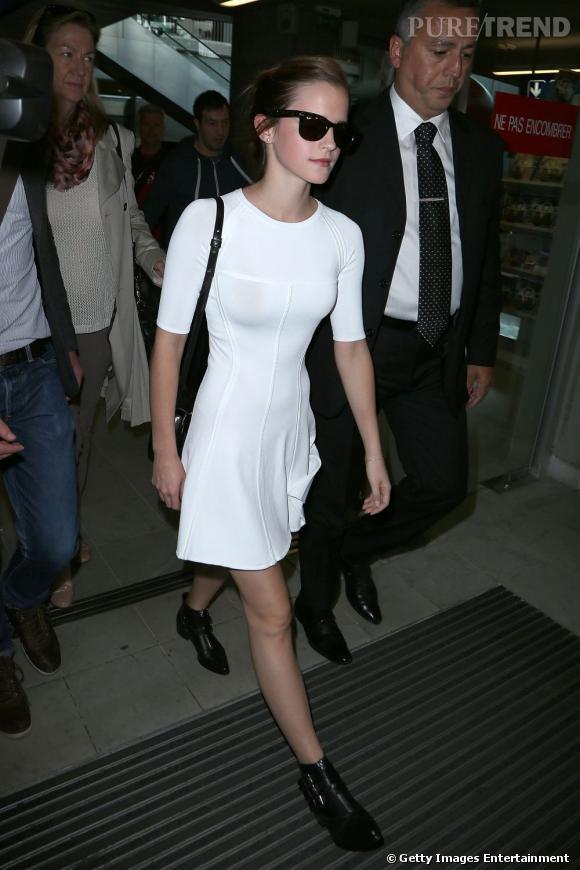 Emma Watson fait son arrivée à l'aéroport de Nice.