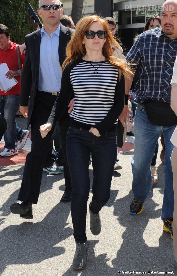 Isla Fisher a sorti sa plus belle marinière pour faire son entrée à Cannes.
