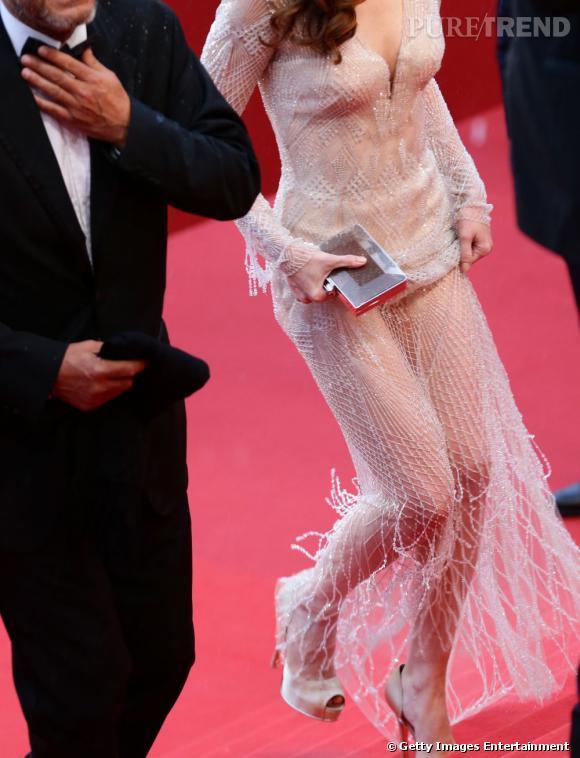 Paz Vega monte les marches au Festival de Cannes 2013.