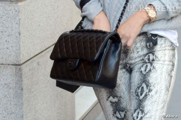 Bar Refaeli porte un sac Chanel, LA note chic de la tenue.