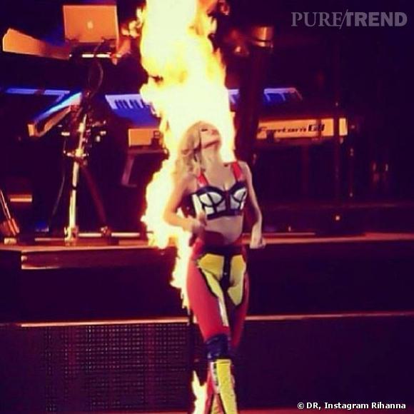 Rihanna a mis le feu à la scène à l'aide d'effets pyrotechniques lors de son concert au Portugal, le 28 mai 2013.