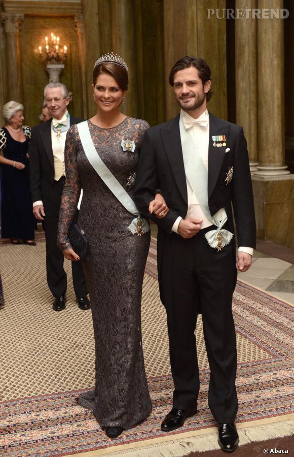Princesse Madeleine, divine en longue robe en dentelle taupe, pour le buffet des lauréats à Stockholm.