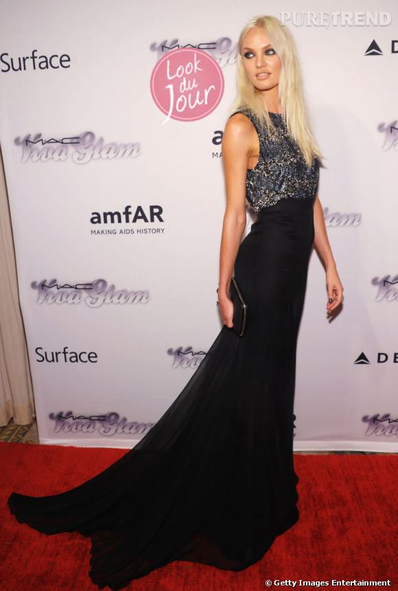 Candice Swanepoel, devenue blonde platine, pose avec glamour pour la soirée amfAR de New York.