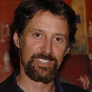 Antoine de Caunes et une barbe fournie dans les années 2000, un peu de laisser-aller.