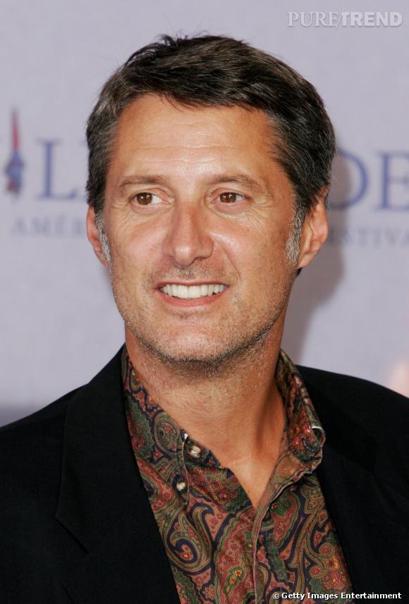 Antoine de Caunes classe en 2006 même dans une chemise à imprimé cachemire.