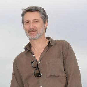 Antoine de Caunes toujours en chemise impeccable même lorsqu'il porte une tenue décontractée.