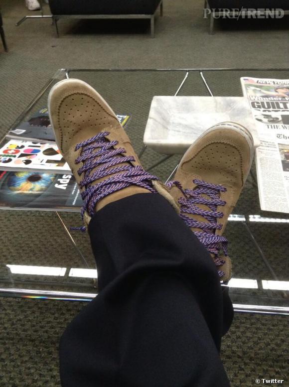 Kristen Bell en profite pour dévoiler quelques secrets de tournage. Par exemple, quand on ne voit pas ses pieds à l'écran, elle porte des sneakers compensées !