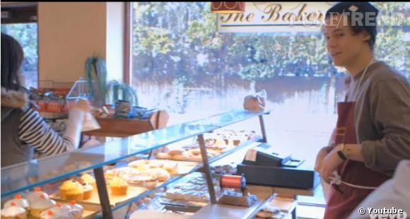 Dans le trailer, on retrouve Harry Styles dans la boulangerie où il avait l'habitude de travailler avant d'auditionner pour X Factor.