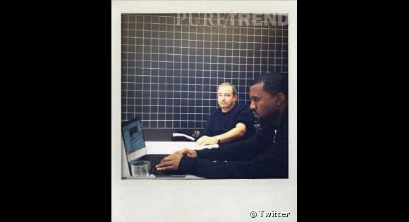 Jean Touitou, le créateur d'A.P.C, a twitté cette photo de lui et Kanye West en train de travailler ensemble. Il n'en fallait pas plus aux rumeurs...