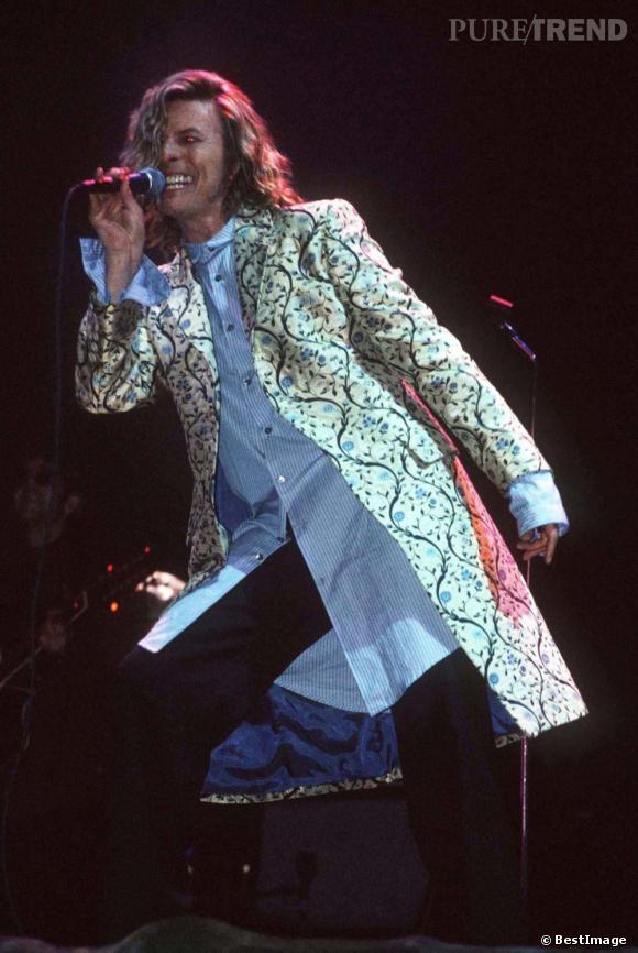 En 2000, David Bowie s'invite sur la scène de Glastonbury devant 100 000 spectateurs ayant déboursé plus de 100 euros pour les 3 jours de concert. Il s'y était déjà produit lors de la deuxième édition du festival en 1972 devant 12 000 personnes (et gratuitement).