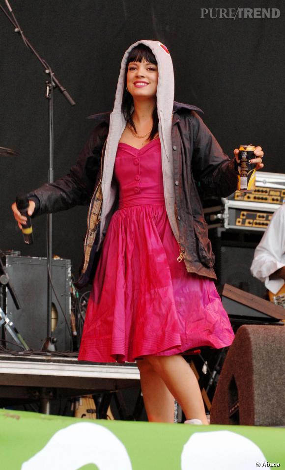 """Capuche sur la tête et bière à la main, Lily Allen se glisse parfaitement dans l'ambiance Glastonbury lors de son passage en 2007. Il faut dire que son premier """"glasto"""", c'était lorsqu'elle avait 5 ans !"""