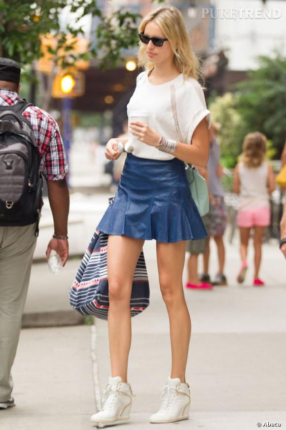 Karolina Kurkova montre ses jolies jambes dans une mini jupe en cuir et baskets compensées.