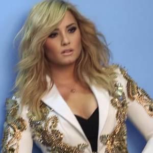 Demi Lovato pose pour illustrer son interview dans le Cosmopolitan du mois d'août.