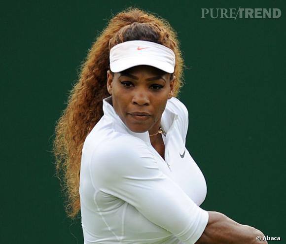 Serena Williams aura changé de coiffure de très nombreuses fois au cours de sa carrière. Et si pour les soirées sur red carpet, elle n'hésite pas à adopter des rajouts lisses et glamour, elle garde ses cheveux frisés au naturel pour les matchs.