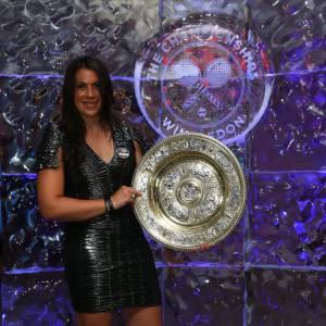 Marion Bartoli et le trophée Venus Rosewater Dish.