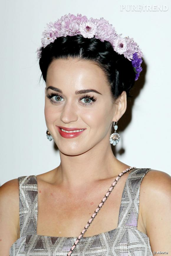 Version bijou ou verion fleurie, la couronne est une véritable passion pour Katy Perry.