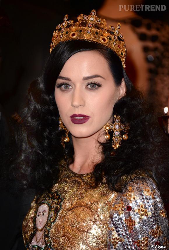 Couronne et boucles d'oreilles crucifix, Katy Perry est dans sa période gothique chic.