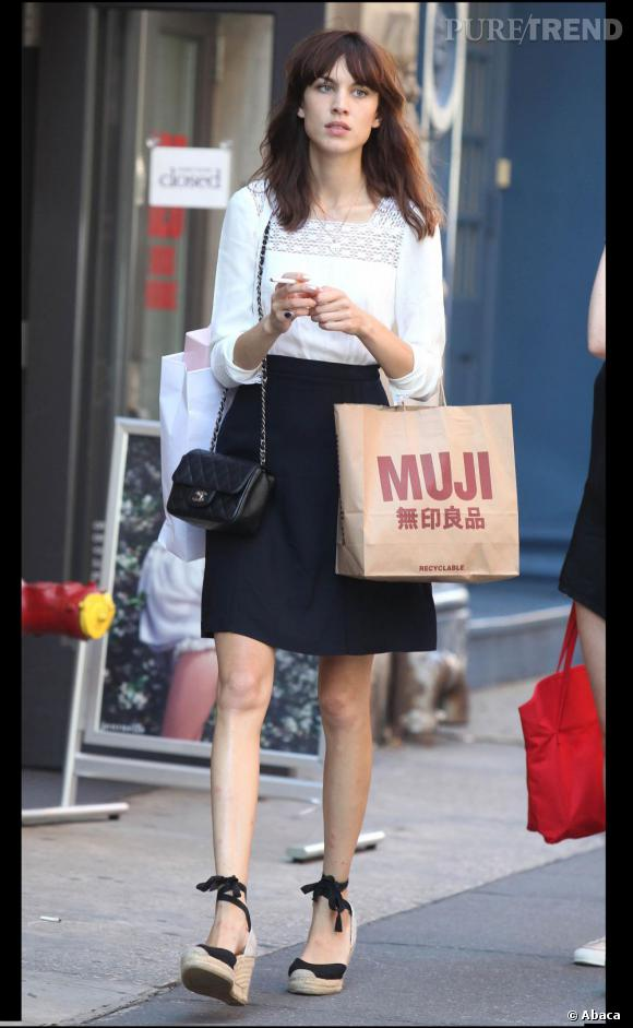 Alexa Chung new-yorkaise ultra-chic au cours d'une séance shopping à Soho.