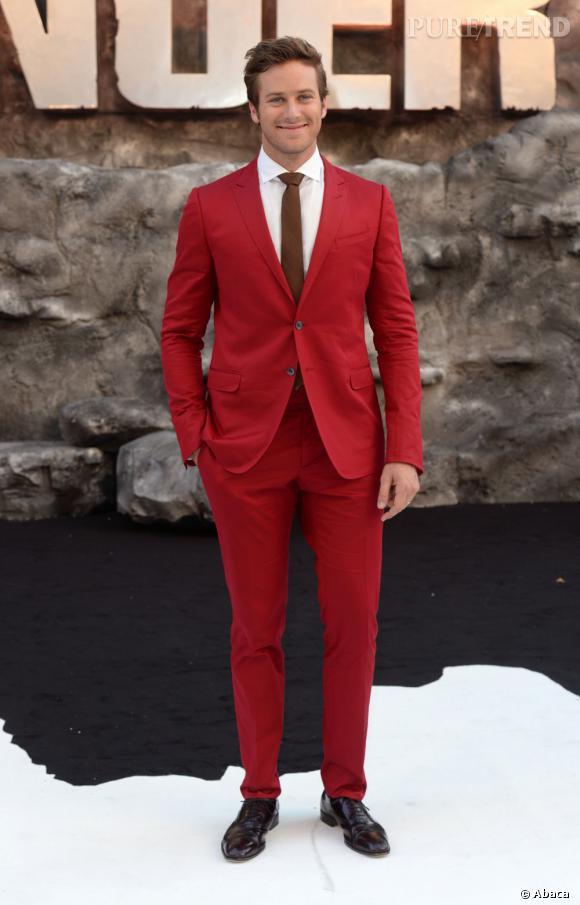 Armie Hammer dans un costume Gucci mise sur du rouge... et très franchement, on adore !