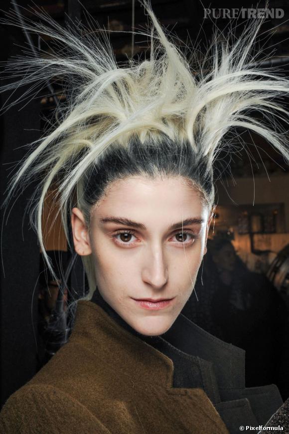 """Marie et la chevelure bi-goût : """"J'ai déjà eu la moitié des cheveux jaunes et les racines orange quand j'ai voulu repasser du noir au blond suite à une petite erreur de mon coiffeur !! Ma coloration chocolat avait viré à l'auburn, le coiffeur a voulu décaper la couleur pour recolorer par dessus, sauf que mes racines étaient longues et naturelles... d'où la différence de couleur entre les racines et les longueurs."""""""
