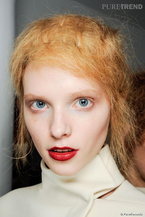 """Catherine et la coiffeuse vexante :  """" La fille qui me shampooinait a été insistante au moment de passer au bac. """"Vous vous faites des masques ? Non parce que vos cheveux sont vraiment secs. Ralalala, qu'est-ce qu'ils sont secs. Vous êtes sûre que vous faites bien des masques ? Non parce que alalalala, ils sont secs. Olalala"""". J'avais envie de lui coller son peigne dans les yeux, pour voir """"."""