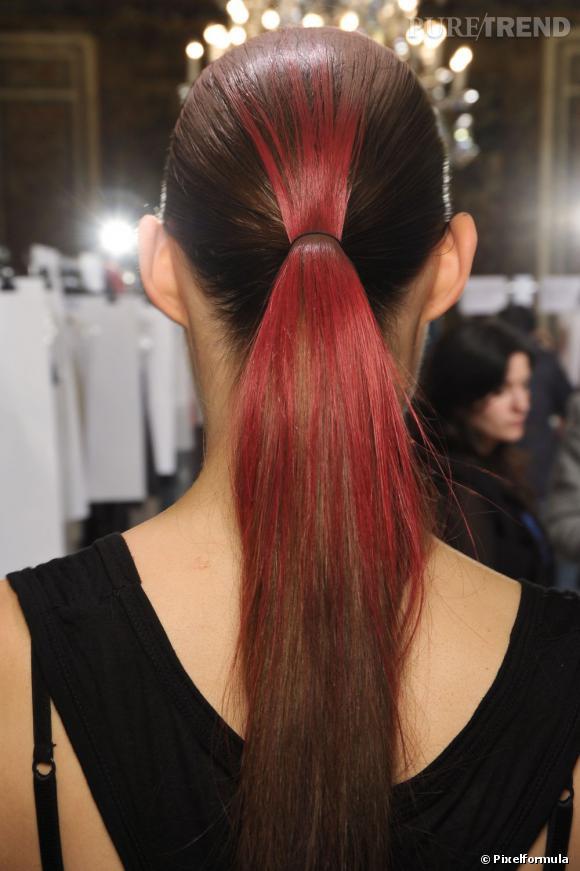 """Aurélie et la coloration en surface :  """" D'habitude, je fais ma couleur moi-même, mais ce jour-là, j'avais les cheveux assez longs et l'envie de me faire plaisir en passant du temps chez le coiffeur. J'ai donc fait confiance à la coiffeuse, choisi ma couleur (un roux plus rouge que d'habitude, soyons fou) et patienté pendant la pose, puis la coupe. Je paie une somme rondelette, sort de chez le coiffeur et demande à une amie de me prendre en photo de dos, à l'extérieur, pour voir le résultat. Je soulève un peu mes cheveux et là, le drame : seuls les cheveux du dessus ont pris la couleur, la masse en dessous est restée vierge de tous pigments ! À moi la coupe bicolore bien crade ! """""""