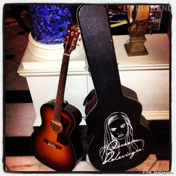 Pour ses débuts dans la musique, elle a déjà une guitare à son nom.