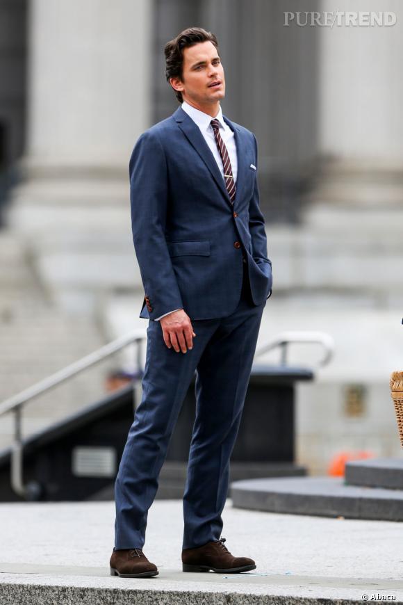 """Matt Bomer, très élégant sur le tournage à New York de """"FBI : Duo Très Spécial""""..."""