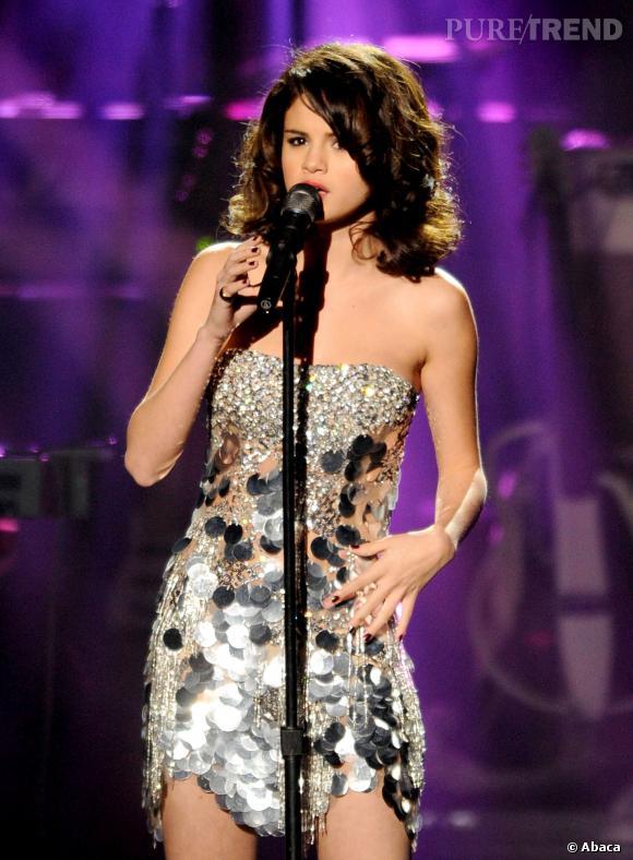 Les tenues de scène les plus sexy de Selena Gomez La petite robe bustier effet lamé...
