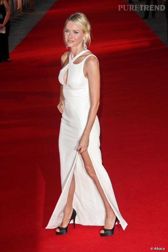 """Naomi Watts à la première de """"Diana"""" à Londres porte une robe Versace."""