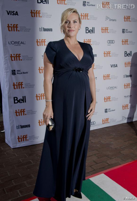Kate Winslet met son ventre de femme enceinte en valeur dans une robe Jenny Packham.