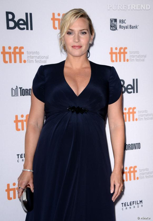 Avec sa taille empire, la robe de Kate Winslet dessine un décolleté à tomber.