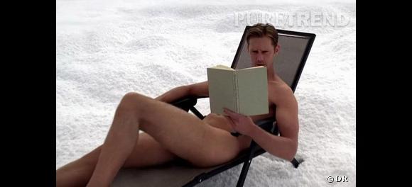 Alexander Skarsgard (alias Eric dans le show) lit tranquillement un livre, nu dans la neige.