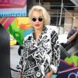 Rita Ora n'a peur ni du blond péroxydé, ni des imprimés.