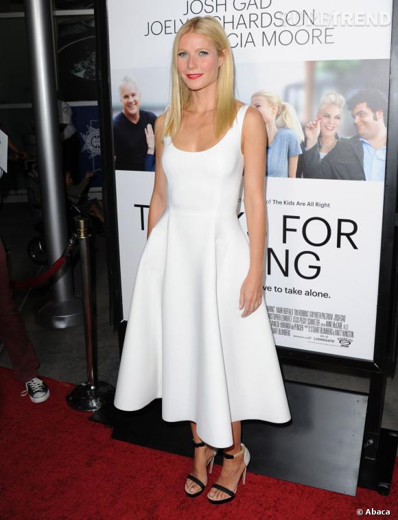 c97591890ab9 Gwyneth Paltrow marque sa taille avec une robe moulante au jupon ample  façon patineuse.