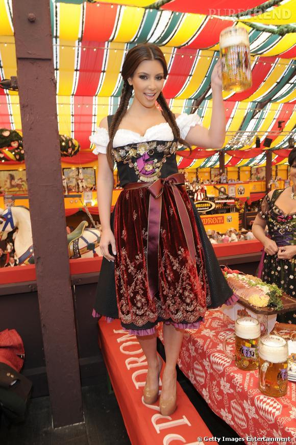 Kim Kardashian joue la carte folklo à fond à l\u0027Oktoberfest.