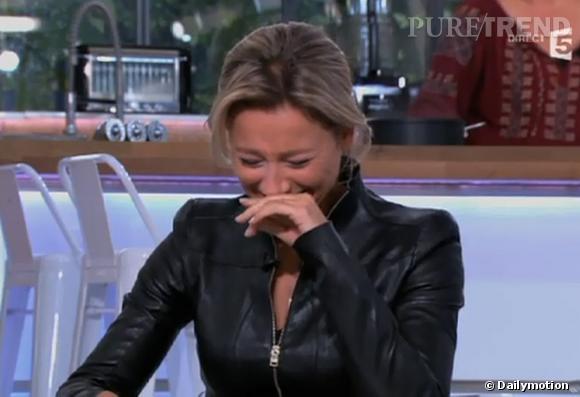 """Anne-Sophie Lapix n'a pas pu s'empêcher d'être prise de fou rire en plein direct sur le platau de """"C à vous"""" sur France 5..."""