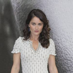 """Robin Tunney aime les robes légères et les escarpins à hauts talons : ce n'est pas une tenue que Lisbon, de """"Mentalist"""", apprécierait !"""