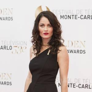 Divine dans sa longue robe noire, Robin Tunney attire tous les regards au Festival de Monte-Carlo.