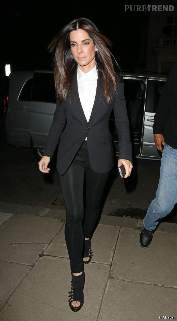 nouvelle arrivee 9072d 83c8f Costume noir et chemise blanche, Sandra Bullock a opté pour ...