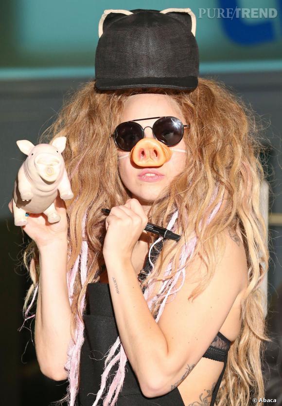 """Lady Gaga : """"Reste loin de moi et de ma famille, tu es malade d'essayer de louer un appartement dans mon immeuble pour me harceler. Laisse-moi tranquille !!!"""" ou encore """"Est-ce que vous attendez qu'on me tire dans la tête pour que vous compreniez que les gens comme lui qui me harcèlent vont trop loin ? Je ne suis qu'un être humain."""""""