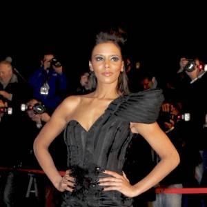 Shy'm mise sur une longue robe moulante pour les NRJ Music Awards 2011.