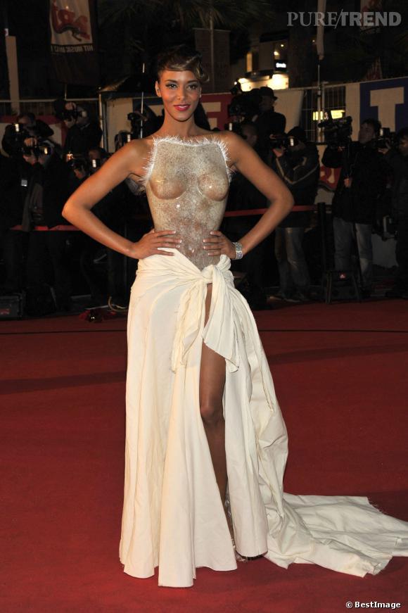 Shy'm fait très fort lors des NRJ Music Awards en 2013 avec cette robe faite d'un coup de spray à même sa poitrine.
