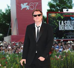 Quentin Tarantino, toujours à faire le pitre sur tapis rouge.